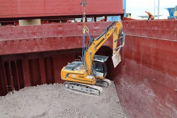 Deployment of five Liebherr R 918 crawler excavators at the port of Ravenna